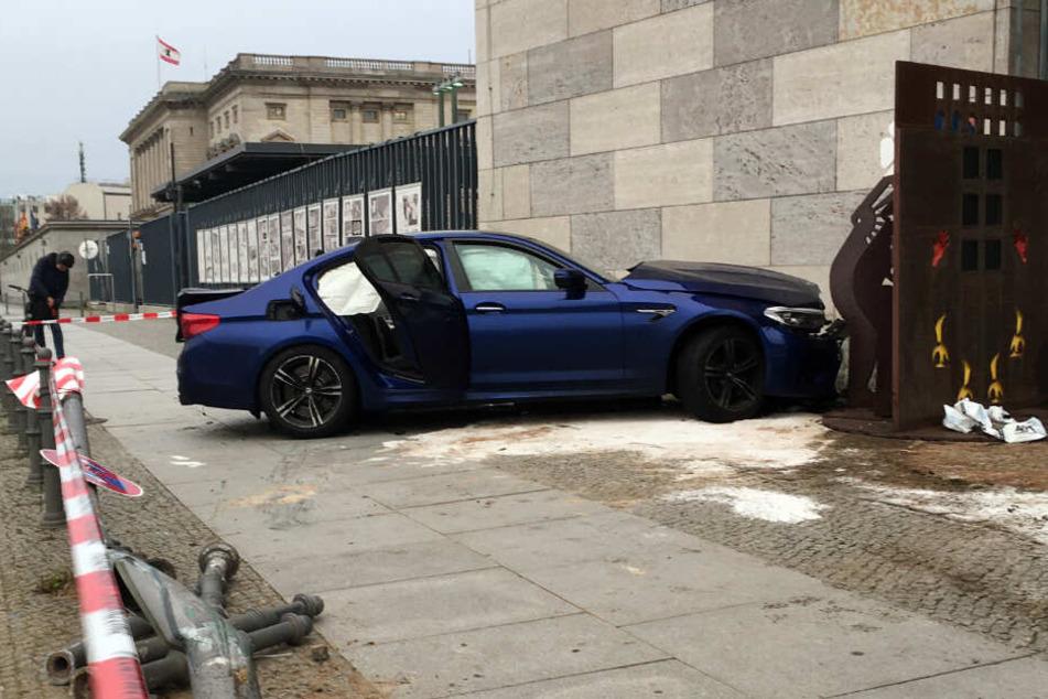 Ein Auto steht nach einem Unfall vor dem Bundesfinanzministerium in Berlin-Mitte.