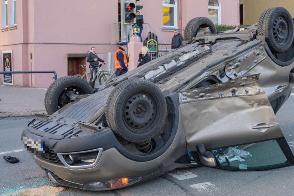 Auto bleibt auf Dach liegen! Schwangere bei Unfall in Weimar verletzt