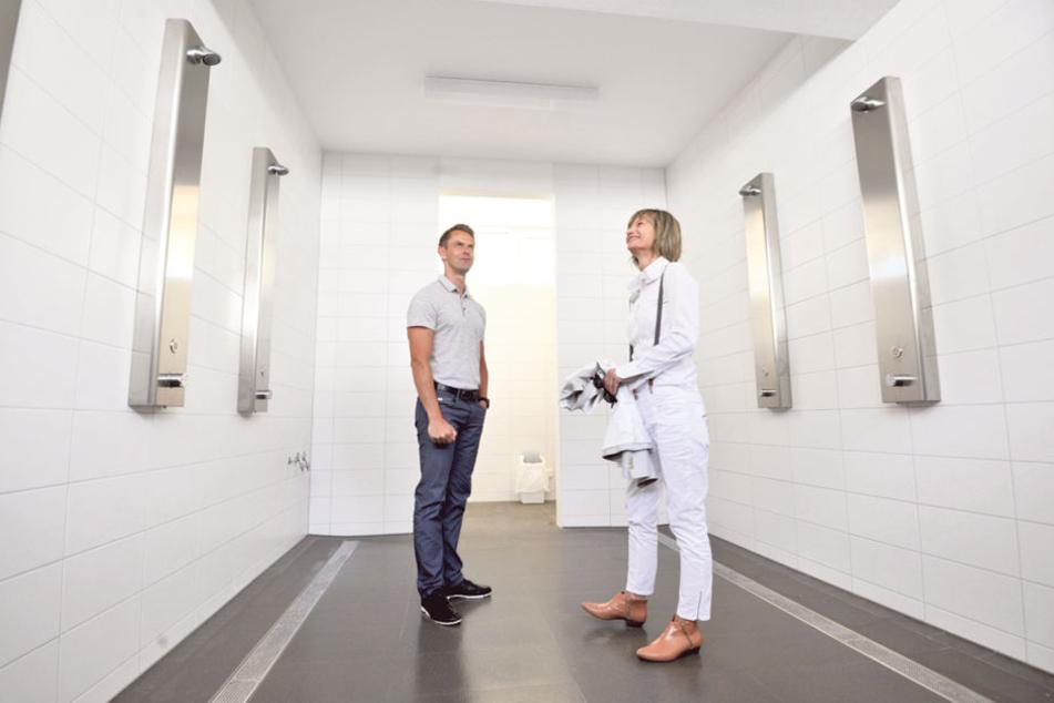 Stausee-Chef Sascha Brandt (37) zeigt OB Barbara Ludwig (55, SPD) die neuen  Sanitäranlagen.