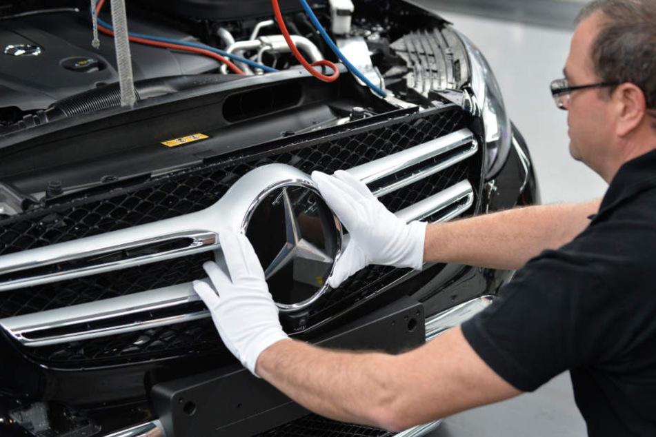 Ein Arbeiter bei der Produktion einer Mercedes C-Klasse.