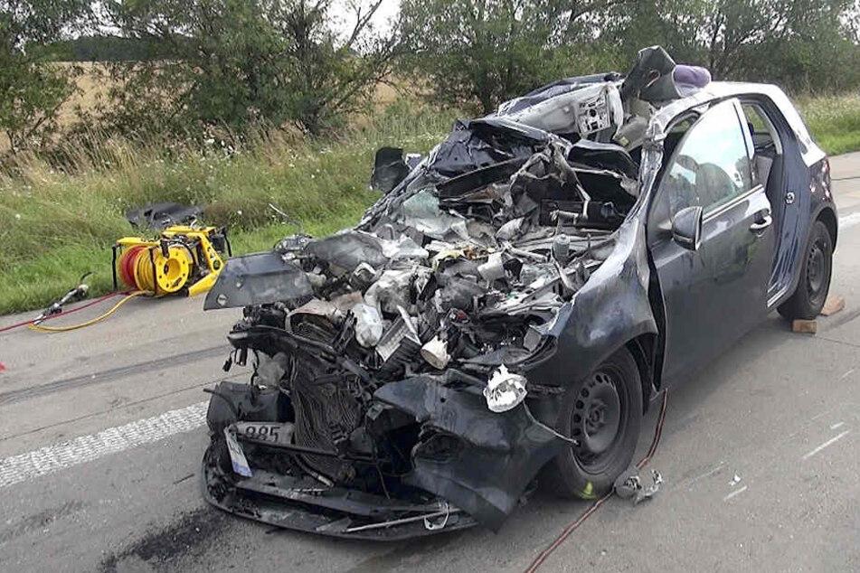 Das Fahrzeug des Unfallverursachers wurde beim Auffahren auf einen Kleintransporter zerquetscht.
