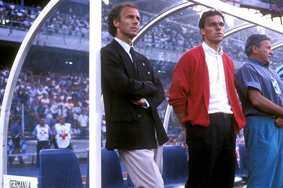 Der Teamchef schlechthin: Franz Beckenbauer wurde 1990 mit Holger Osieck (r.) als Cheftrainer an seiner Seite Weltmeister.