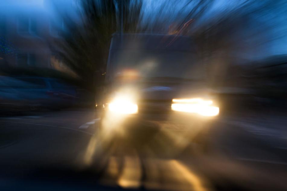 Der Autofahrer krachte in den Familienwagen und verletzte dabei vier Personen. (Symbolbild)