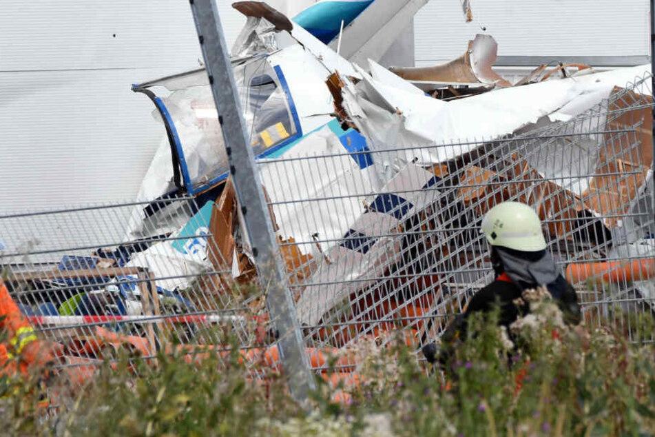 Flugzeug kracht gegen Baumarkt: Polizei befragt das Umfeld der Verstorbenen