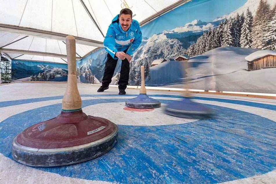 Gastronom Henrik Bonesky (39) testet schon: Weihnachtsfans können im Winterdorf am Uferstrand eine Eisstockbahn buchen.