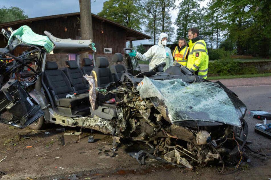 Das Fahrzeug wurde bei dem Aufprall komplett zerstört.