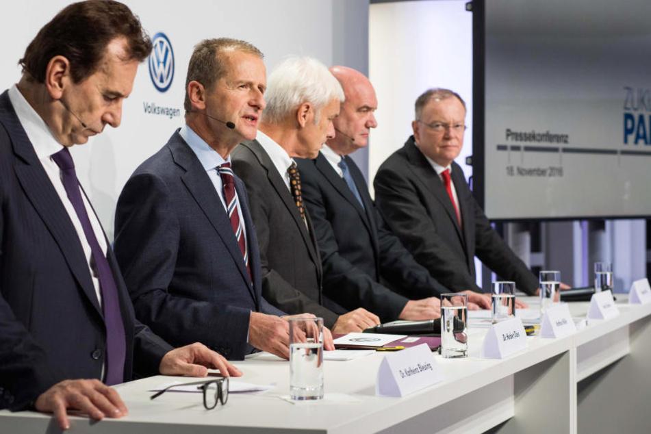 Der Volkswagen-Markenchef Herbert Diess (2.v.l) spricht in Wolfsburg (Niedersachsen) im Rahmen einer Pressekonferenz.