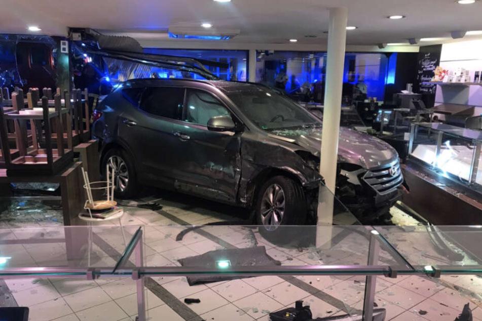 Der Wagen krachte im Geschäft frontal gegen eine Säule.