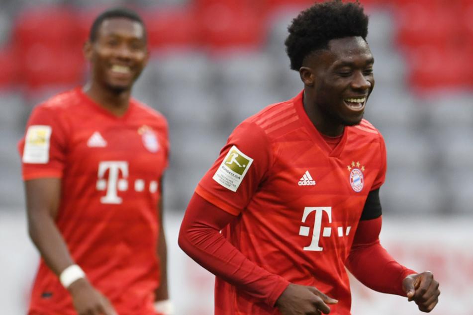Alphonso Davies (19, r.) hat jede Menge Spaß beim FC Bayern München - und das dürfte sich so schnell auch nicht unbedingt ändern.
