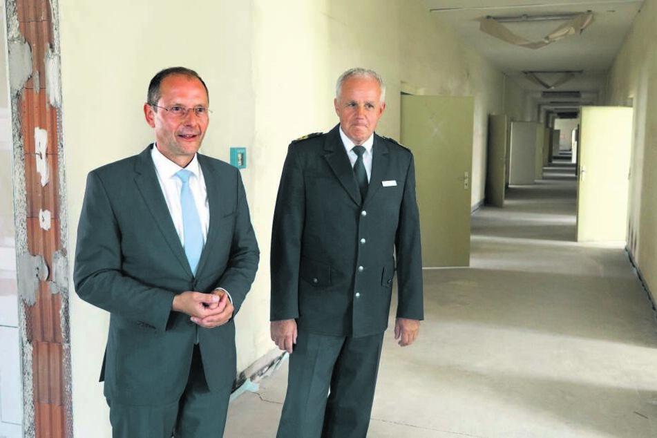 Mitte Juli zeigte Innenminister Markus Ulbig (l.) der Presse die  Räumlichkeiten. Jetzt grätscht sein Kollege Unland dazwischen.