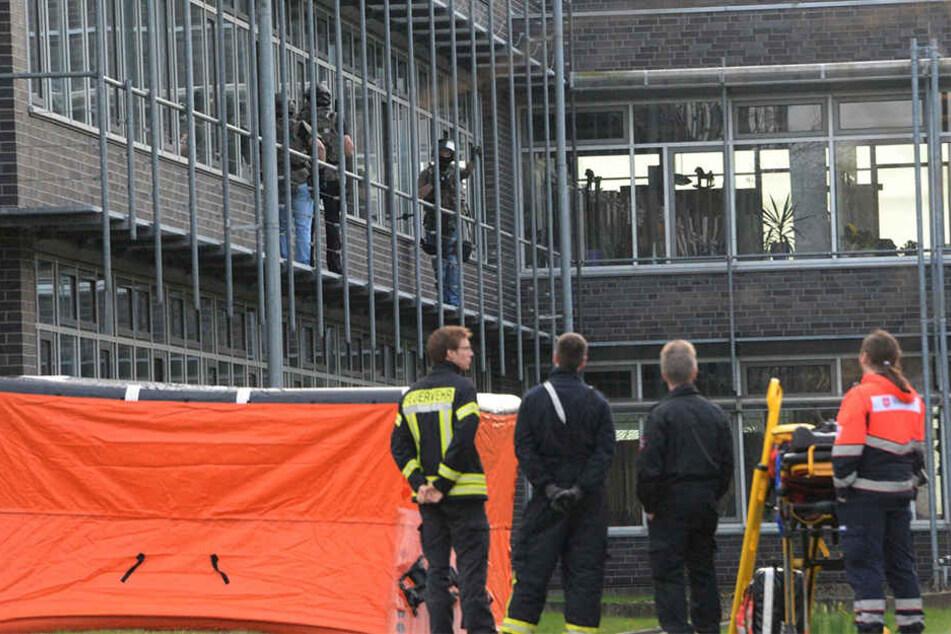 Ein bewaffneter Mann drang ins Kreishaus in Gütersloh ein. Zwei Mitarbeiter wurden verletzt.