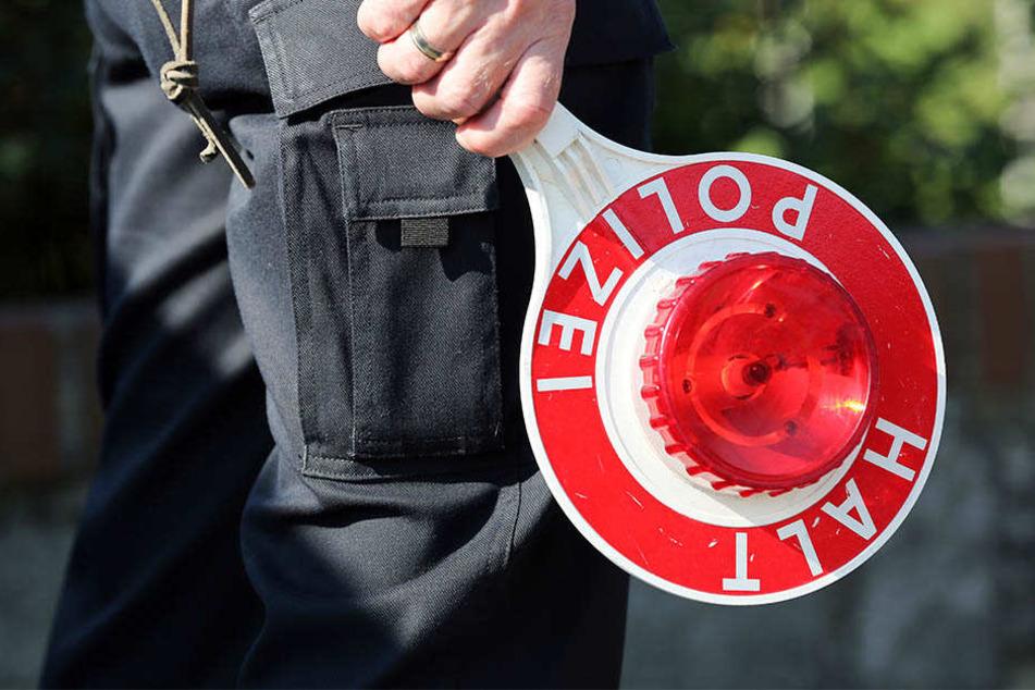 Die Polizeibeamten legten dem aggressiven Leipziger Handfesseln an. (Symbolbild)