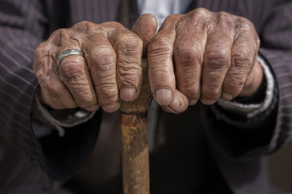 Rentner schlägt mit Gehstock auf Mann ein, weil der sein Essen zu spät liefert