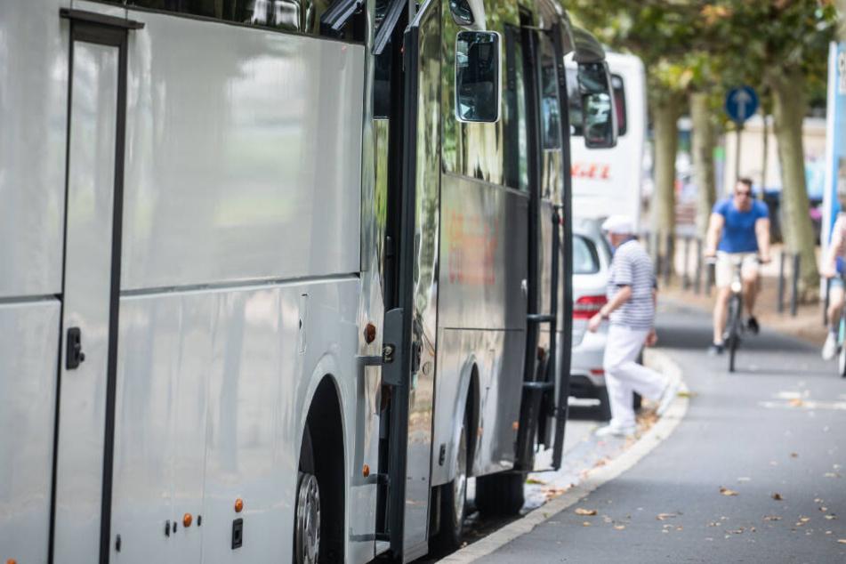 Die Diebe klauten einen weißen Reisebus und fuhren mit ihm davon. (Symbolbild)