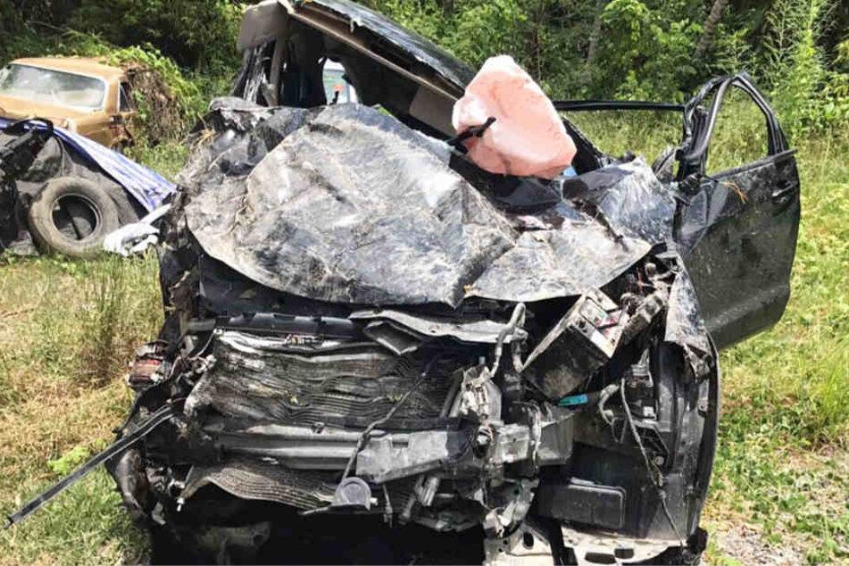 Das Foto zeigt den Unfallwagen, in dem Elias und seine Begleiter verunglückten.