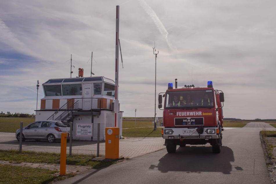 Die Feuerwehr musste das Flugzeug löschen.