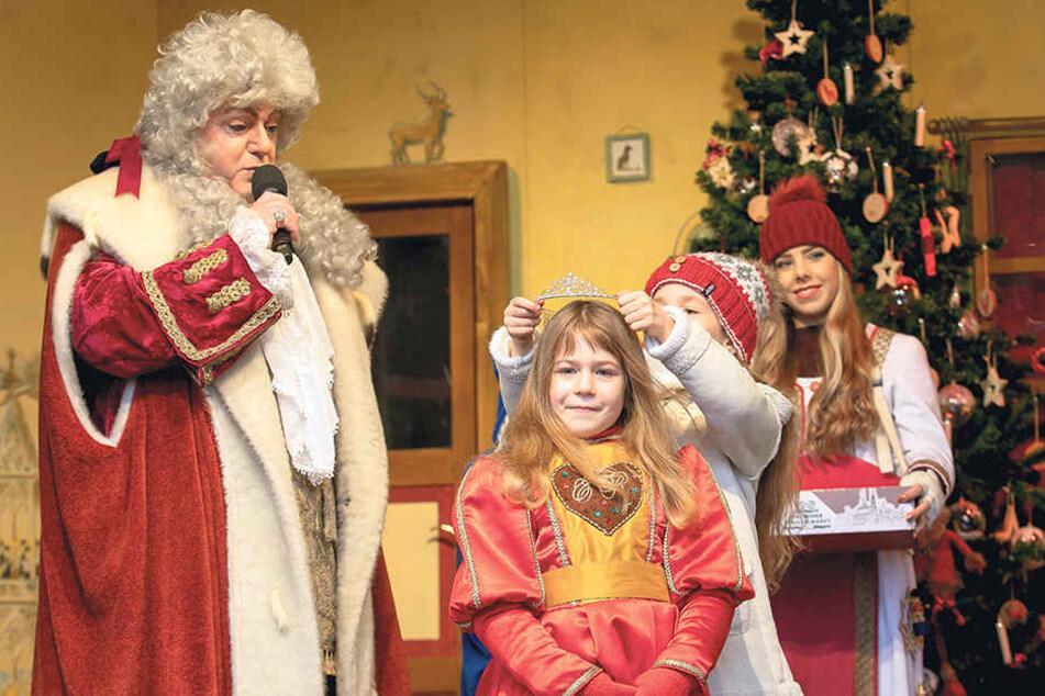 """Neue Pfefferkuchen-Prinzessin: Die kleine Miriam ist jetzt """"Miriam I."""" - mit dem Segen vom Weihnachtsmann alias Steffen Urban."""
