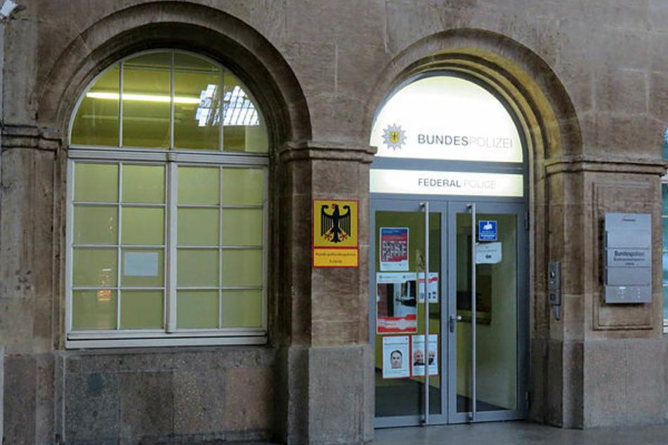 Dieses Fenster der Bundespolizeiwache im Leipziger Hauptbahnhof drückte der am Sonntag gefasste Dieb auf und verschwand wieder.