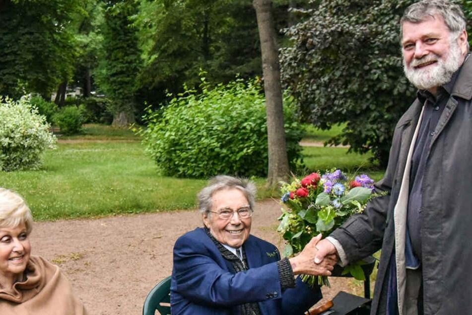 Am 23. Juni gratulierte Wolfgang Bergner (77, r.) noch Peter Schreier (83) zur Einweihung der Büste in Kreischa.