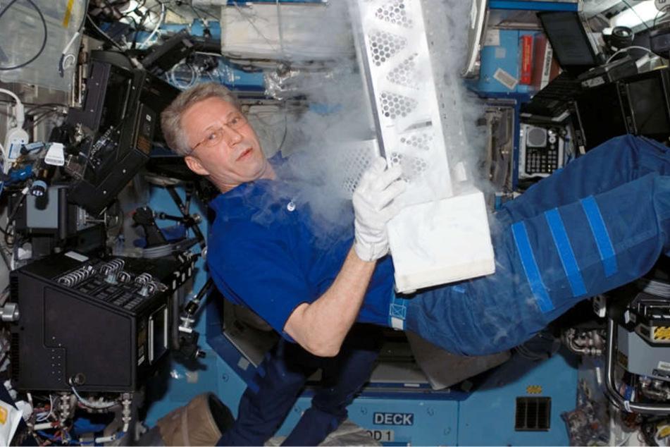 Thomas Reiter hantiert an Bord der Internationalen Raumstation mit Ausrüstungsgegenständen (Archivbild).