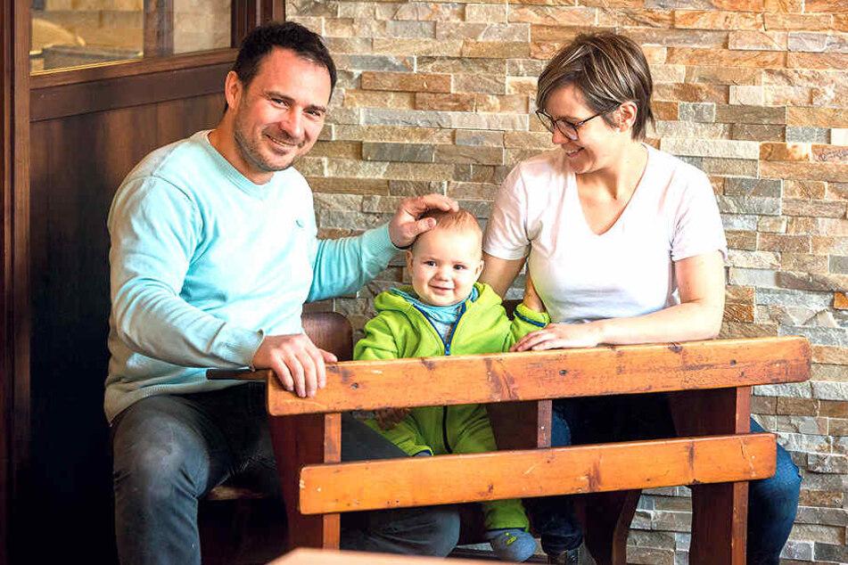 Daniel Fischer (44), Sohnemann Egon und Ehefrau Caro (33) freuen sich auf die Eröffnung ihres Restaurants in Striesen. Die alte Schulbank gehört zum neuen Inventar.