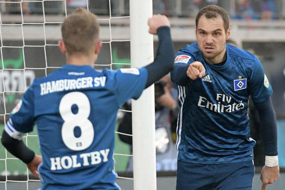 Torfabrik Pierre-Michel Lasogga (rechts) und Lewis Holtby wollen mit dem HSV am Sonntag gegen St. Pauli siegen.