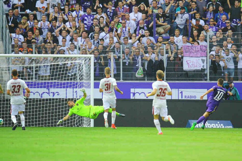 Vielleicht hilft ihm ja das Foto wieder auf die Beine: Aue Dimitrij Nazarov (r.) erzielte im Hinspiel das zwischenzeitliche 2:0. Es war sein bis dato letzter Treffer für Aue. Zuletzt spielte er schwach.