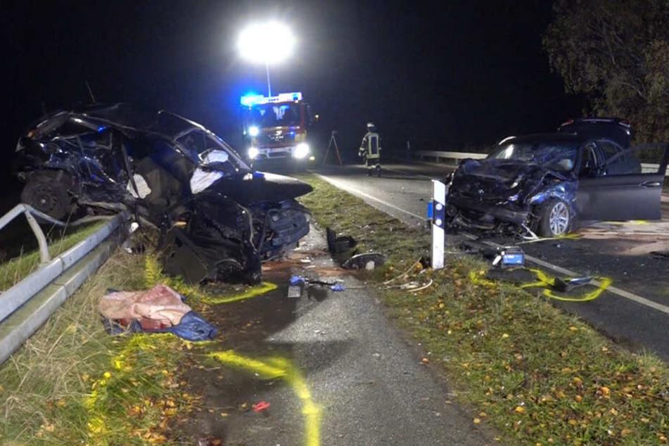 Die Autos wurden bei dem Unfall stark beschädigt.