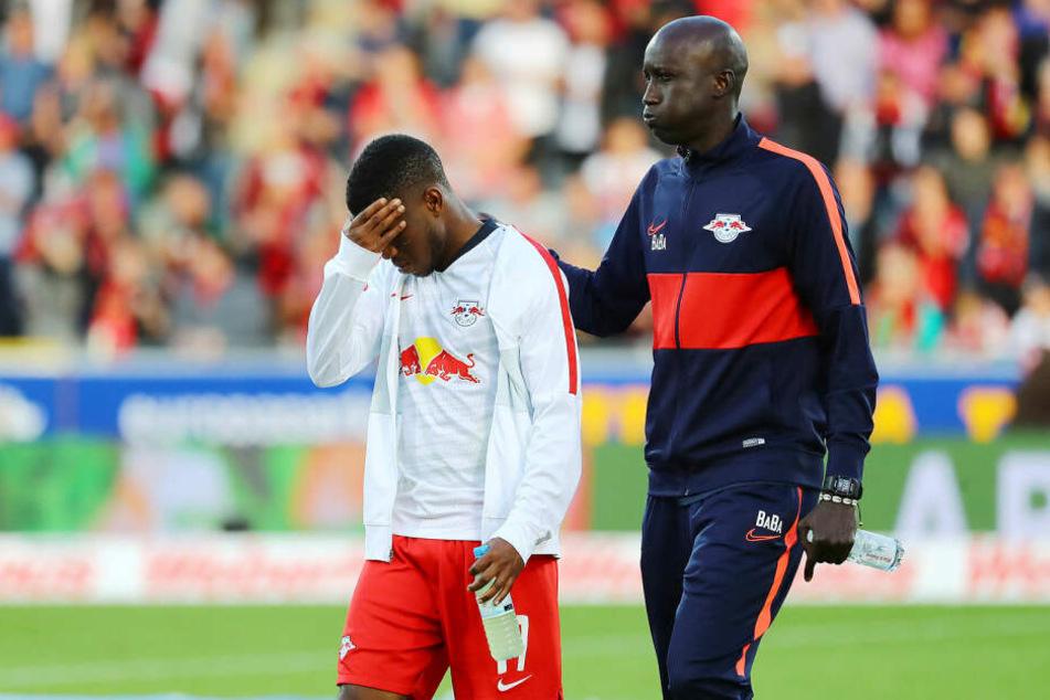 Für Ademola Lookman (l., hier mit Teambetreuer Babacar N'Diaye) soll Newcastle United ein offizielles Angebot abgegeben haben.