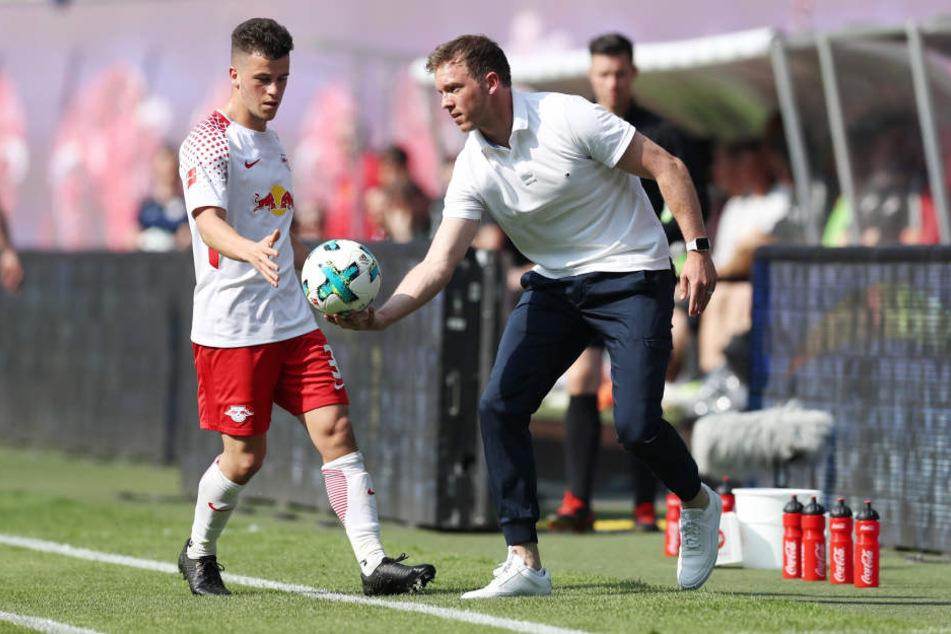 Julian Nagelsmann überreicht Diego Demmo den Ball. 2019 steht der 30-Jährige dann an der Seitenlinie in Leipzig.