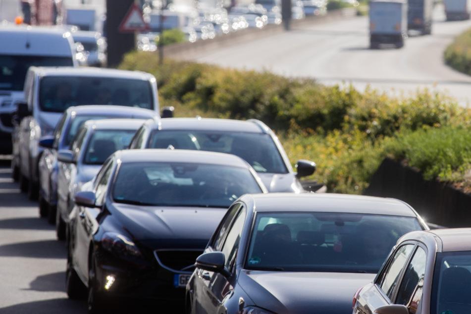 Laster mit Schweinehälften kippt um, Verkehrsbehinderungen auf A45