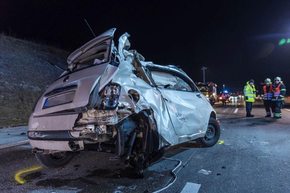 Der Fiat 500 überschlug sich auf der Autobahn, mehrere weitere Autos wurden in den Unfall verwickelt.