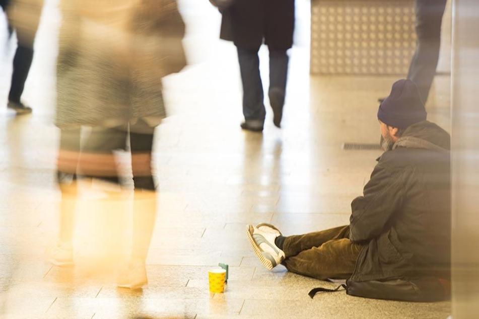 Ein Bettler sitzt in einer Fußgänger-Passage (Symbolbild).