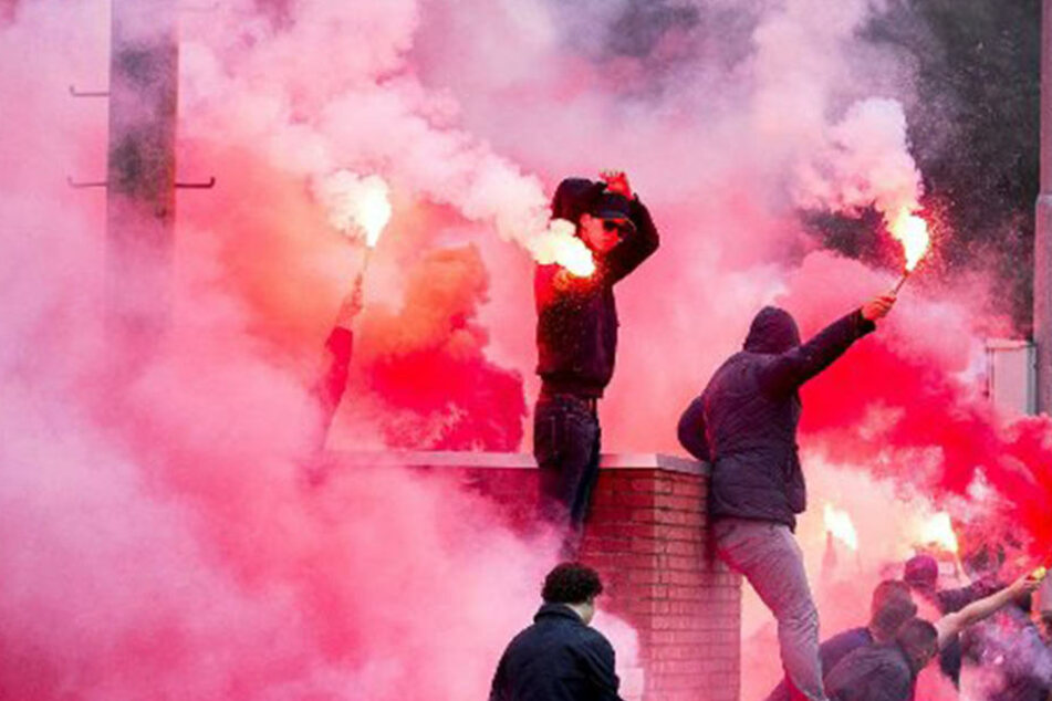 Eine Fangruppe der Würzburger Kickers war nach der Partie gegen München alles andere als friedlich und ging auf Polizisten los. (Symbolbild)