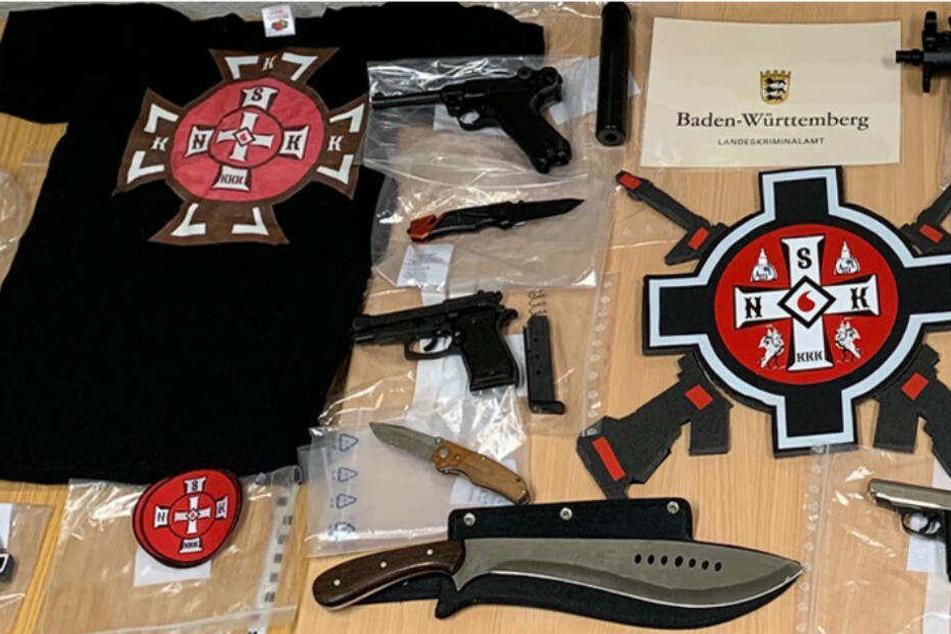 Waffen und Propaganda-Material wurden bei den bundesweiten Razzien Mitte Januar sichergestellt.