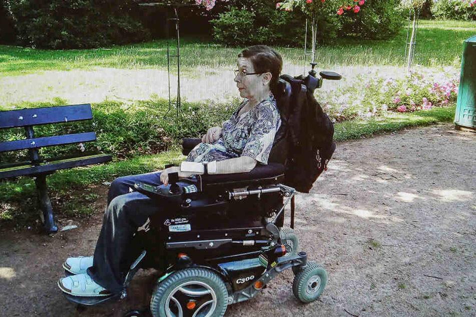 Ein Bild aus besseren Tagen: Mit ihrem Spezial-Rollstuhl kann Christine Beier auch mal selbstständig an die frische Luft.
