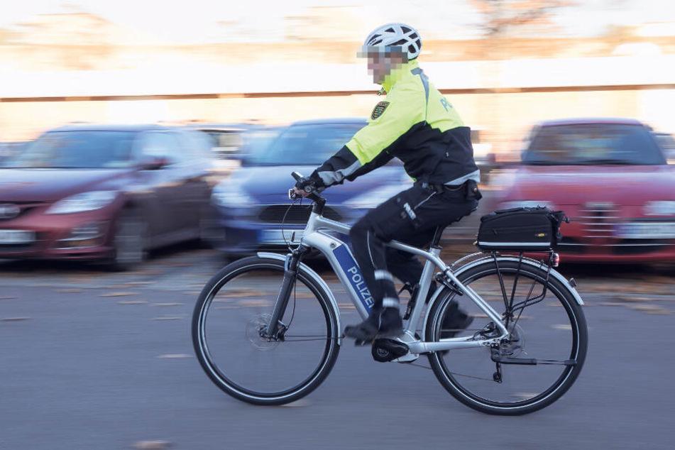 Ein Beamter der Fahrradstaffel fährt auf seinem Polizei-Pedelec Streife. Zwei Kollegen wurden jetzt in Leipzig E-Bikes gestohlen.