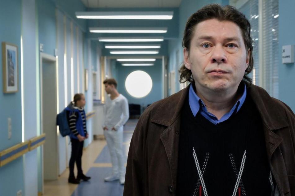 Der Vergewaltiger von Dr. Kathrin Globisch, Michael Linse (r.) taucht erneut in der Sachsenklinik auf. Er belauscht ein Gespräch zwischen Pfleger Kris (hinten r.) und Kathrins Tochter Hanna (l.).