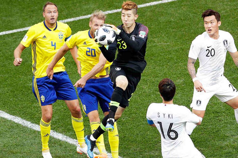 Südkoreas Torwart Hyun-Woo Cho (Mitte) trieb die Schweden mit etlichen guten Paraden zur Verzweiflung und hielt seine Mannschaft lange Zeit im Spiel.