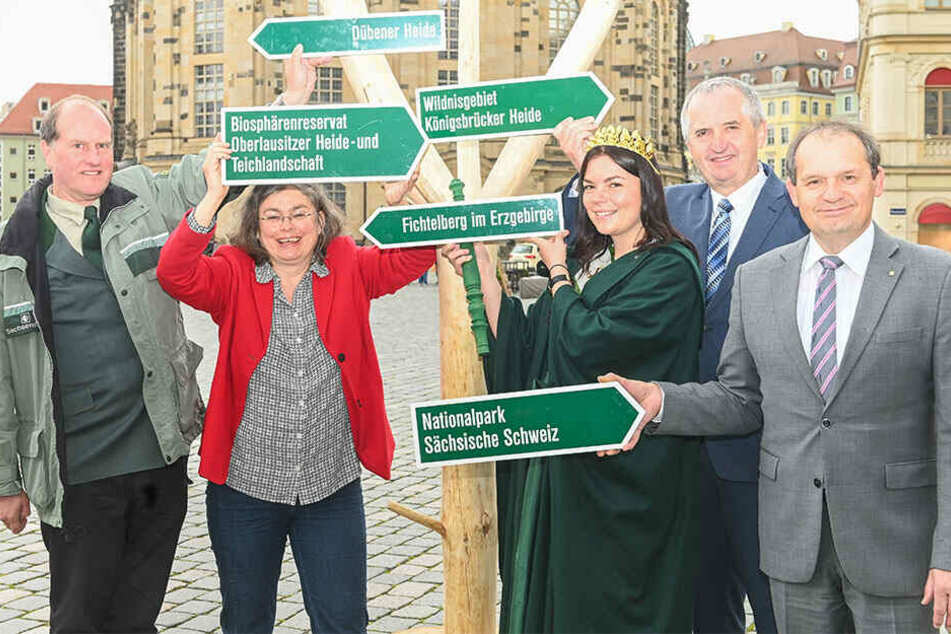 Auch Umweltminister Thomas Schmidt (58, CDU, 2.v.r.) und Umweltbürgermeisterin Eva Jähnigen (53, Grüne, 2.v.l.) freuen sich auf die Verwandlung des Neumarktes.