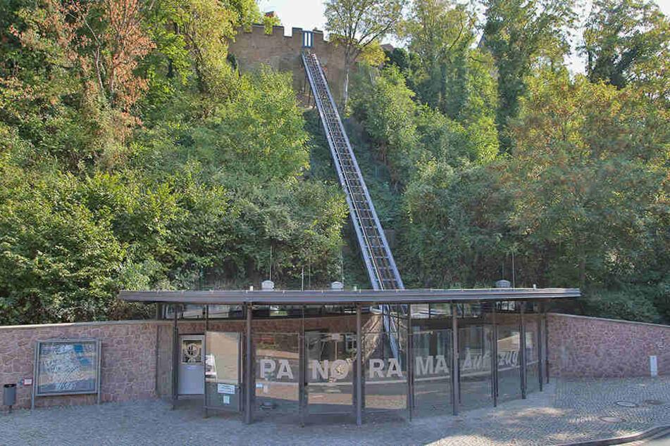 Problem- statt Panorama-Aufzug. Der Nobellift ist - mal wieder - defekt.