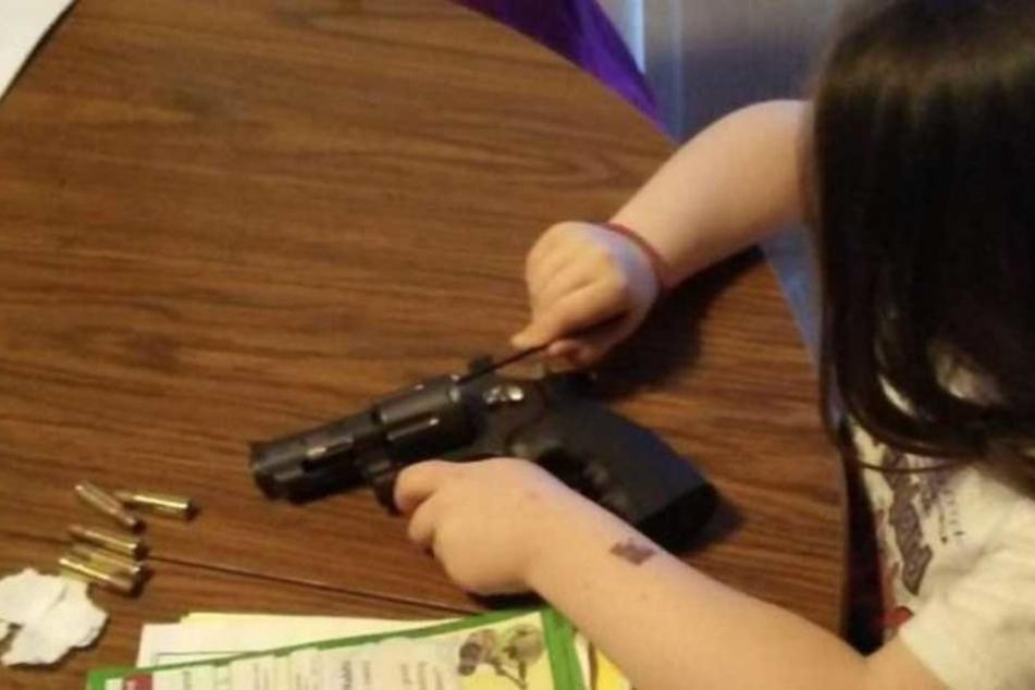 Adrianna beim Reinigen und Laden der Waffe.