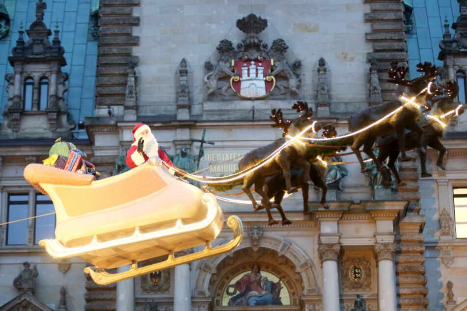 Der Weihnachtsmann fliegt dreimal täglich über den Weihnachtsmarkt vor dem Rathaus.