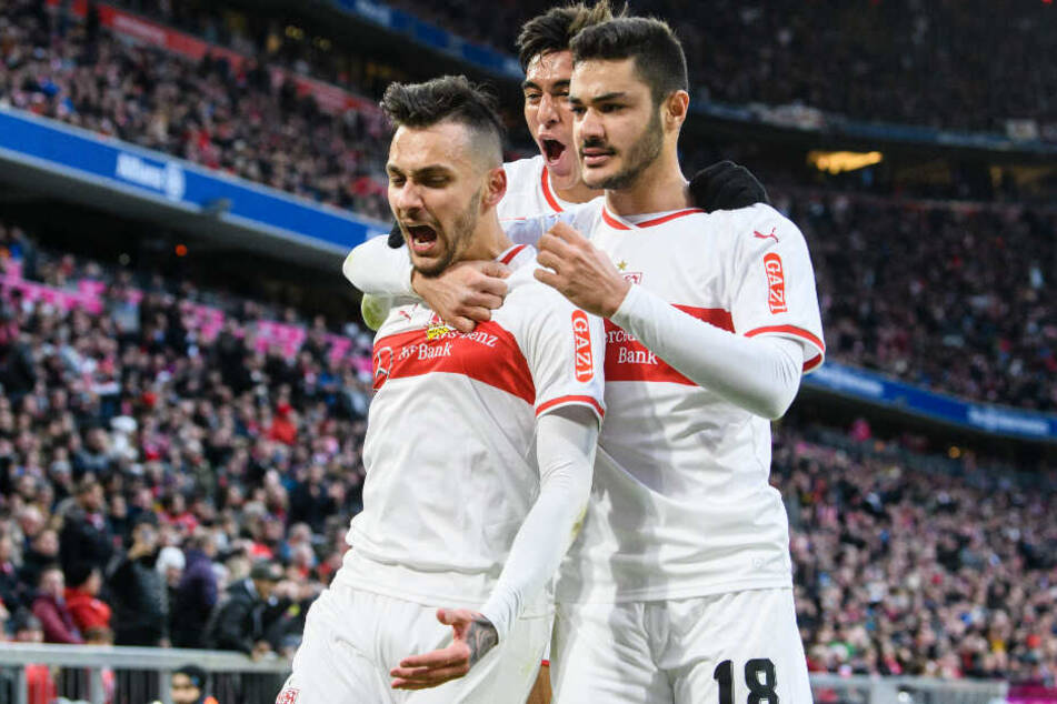 Jubel beim VfB: Ozan Kabak (r.) und Nicolás González (m.) feiern mit Anastasios Donis (l.), der den 1:1-Ausgleich erzielte.