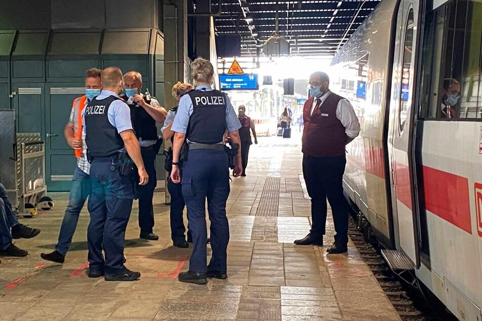 Die Bundespolizei steht mit einem Bahn-Mitarbeiter vor dem ICE.