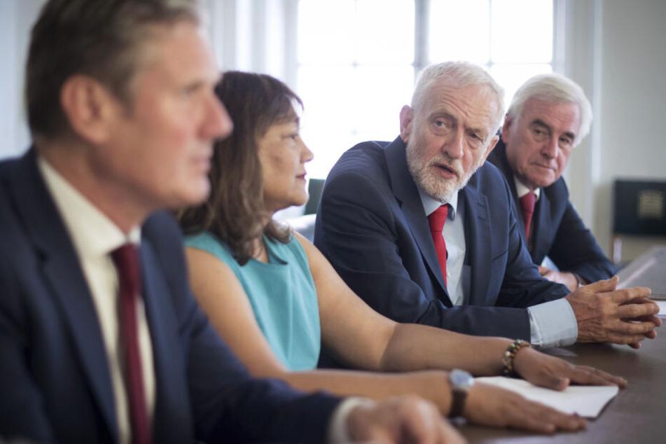Labour-Chef Jeremy Corbyn mit Parteikollegen (Zweiter von Rechts).