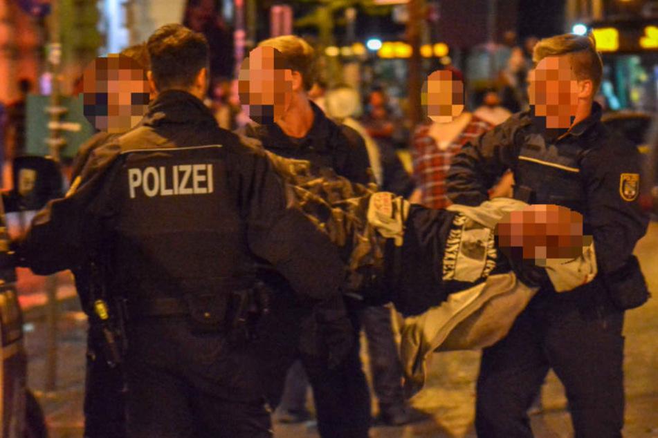 Polizei bringt Krawall-Macher an Händen und Füßen gefesselt aufs Revier