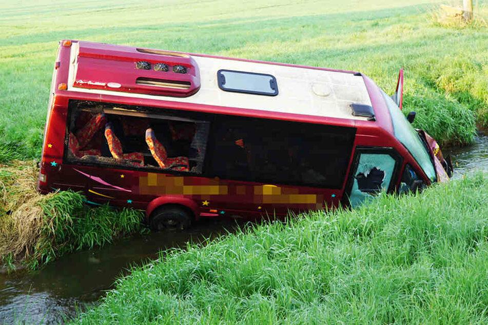 Der Kleinbus rauschte in den Fluss, weil er einem Wild ausweichen wollte.