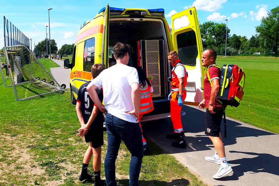Die Rettungsassistenten und Dynamos Betreuer hievten Lukas Vogt (nicht im Bild) in den Sanitätswagen mit dem er anschließend ins Krankenhaus gefahren wurde.
