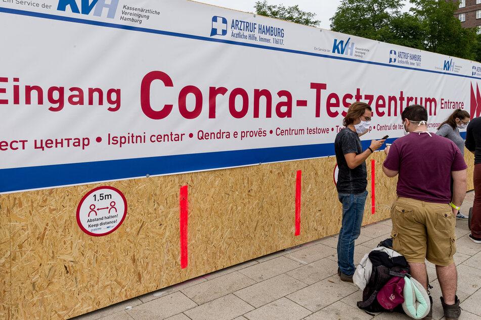 Reiserückkehrer stehen vor dem Corona-Testzentrum am Hamburger Hauptbahnhof.
